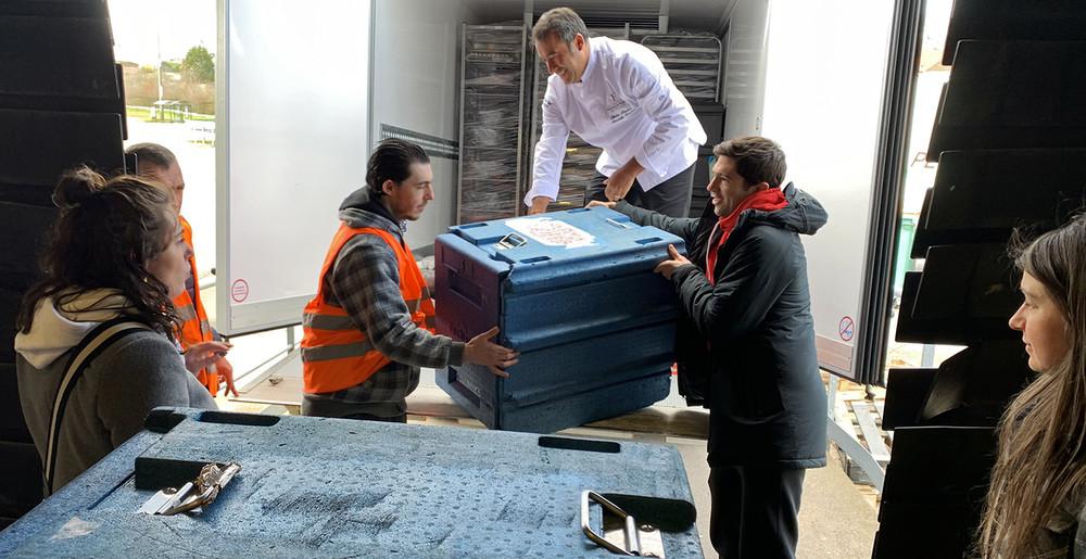 Vincent Muratori aide à livrer des repas pour la banque alimentaire