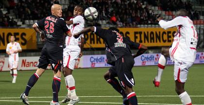 André Luiz prolonge le ballon vers Bakaye Traoré