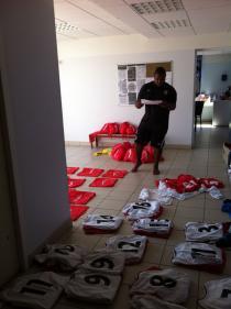 Nabil prépare les équipements des U12