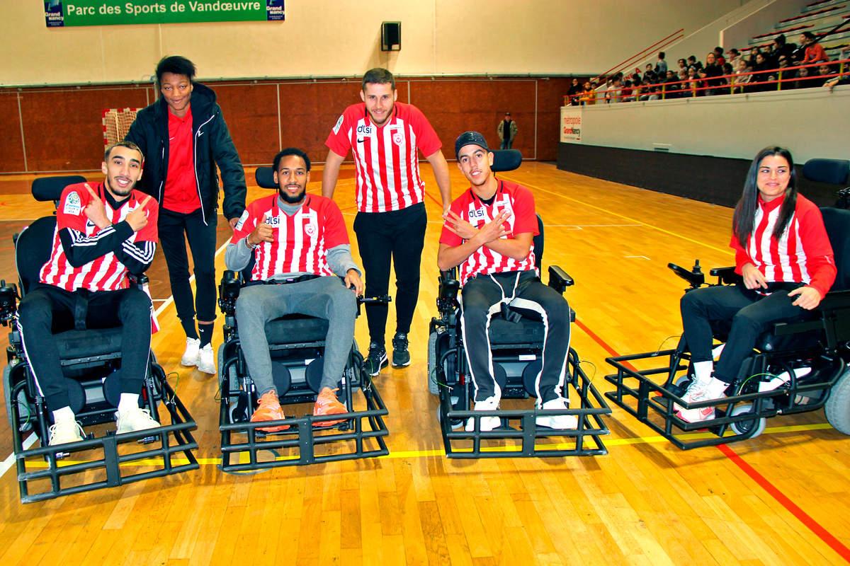Une équipe mixte au foot fauteuil - Photo n°1