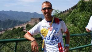 Le marcheur Eddy Riva devant la grande muraille de Chine